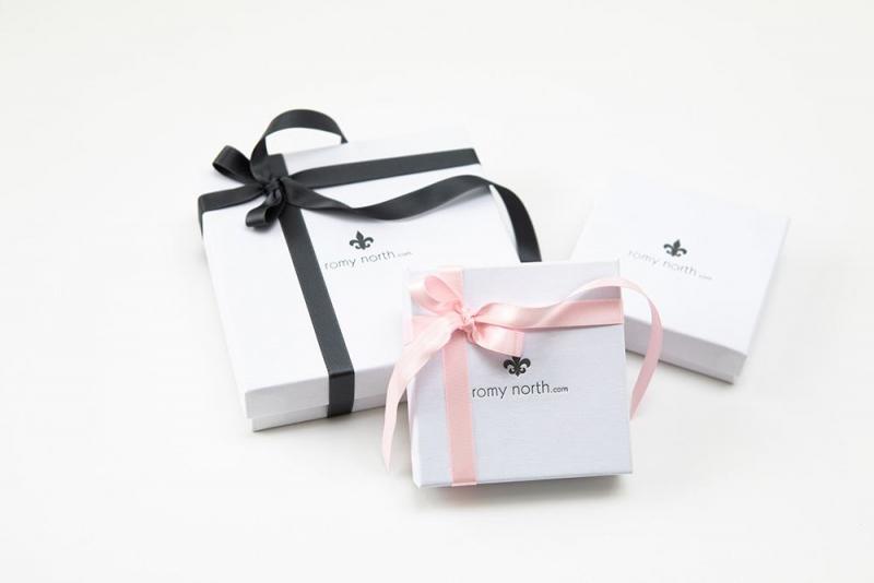 Gutschein, Giftcard weiße Verpackung mit rosa und grauer Schleife