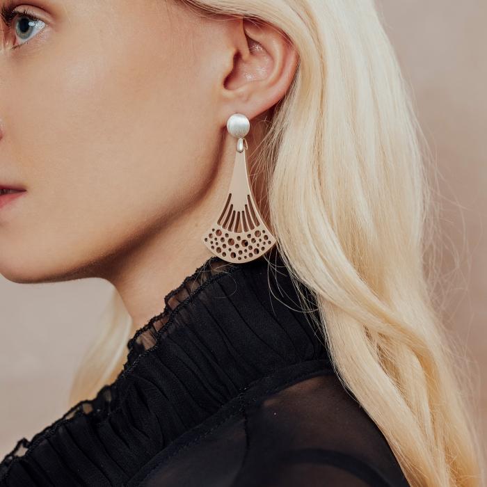 lange Ohrringe aus Horn in Beige mit matte Silberstecker aus der Ponza Kollektion