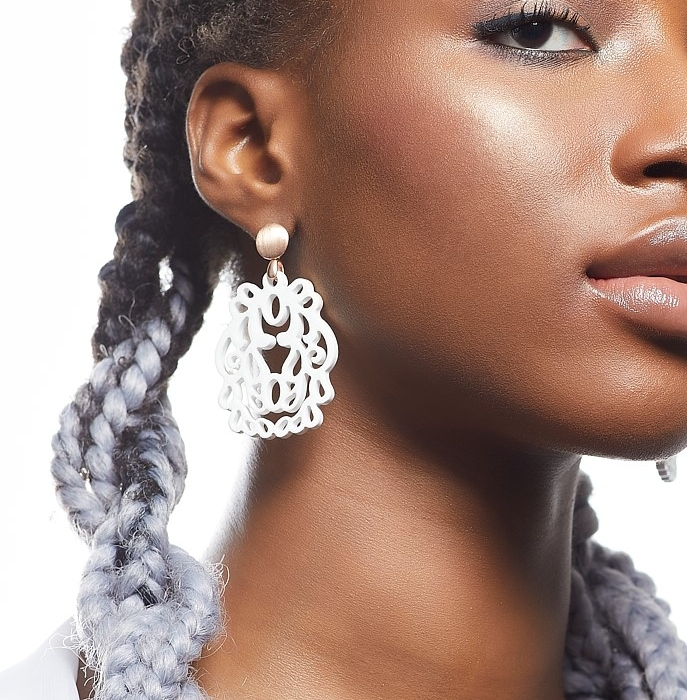 Weiße Ohrringe aus Horn mit Ornamenten von Romy North