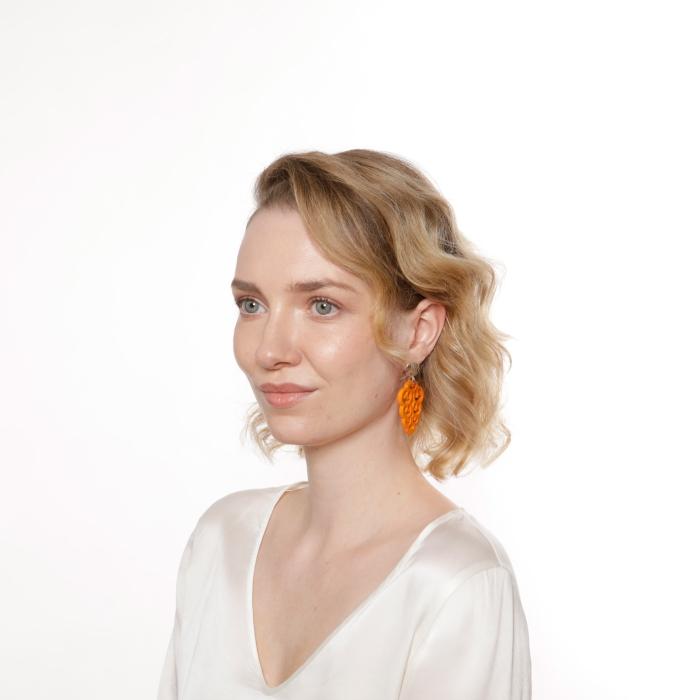 Hängende Ohrringe in Orange aus Horn aus der Korsika Kollektion von Romy North