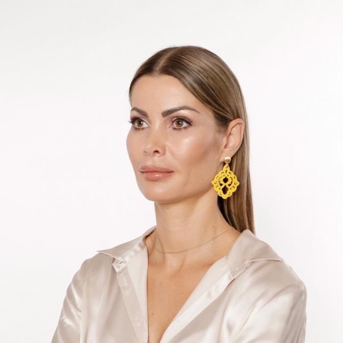 Gelbe Ohrringe mit Ornamenten aus Horn mit Goldstecker aus der Bora Bora Kollektion von Romy North
