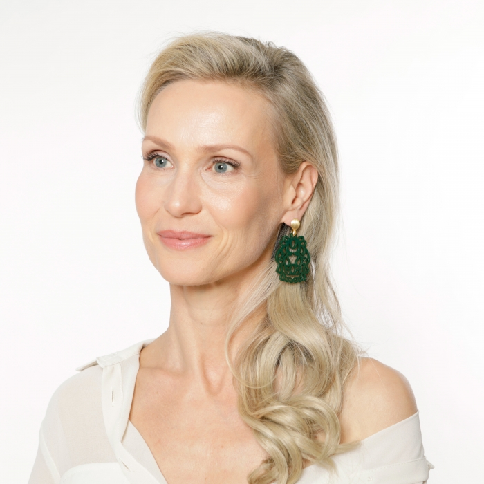 Große Ohrringe in Grün aus Horn mit Ornamenten aus der Bali Kollektion von Romy North