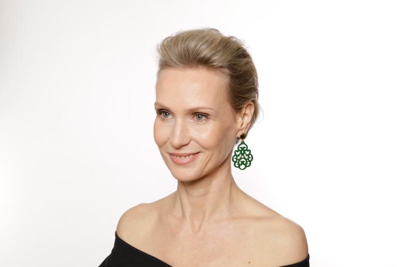 Grüne Ohrringe in Tropfenform aus Horn mit Goldstecker von Romy North