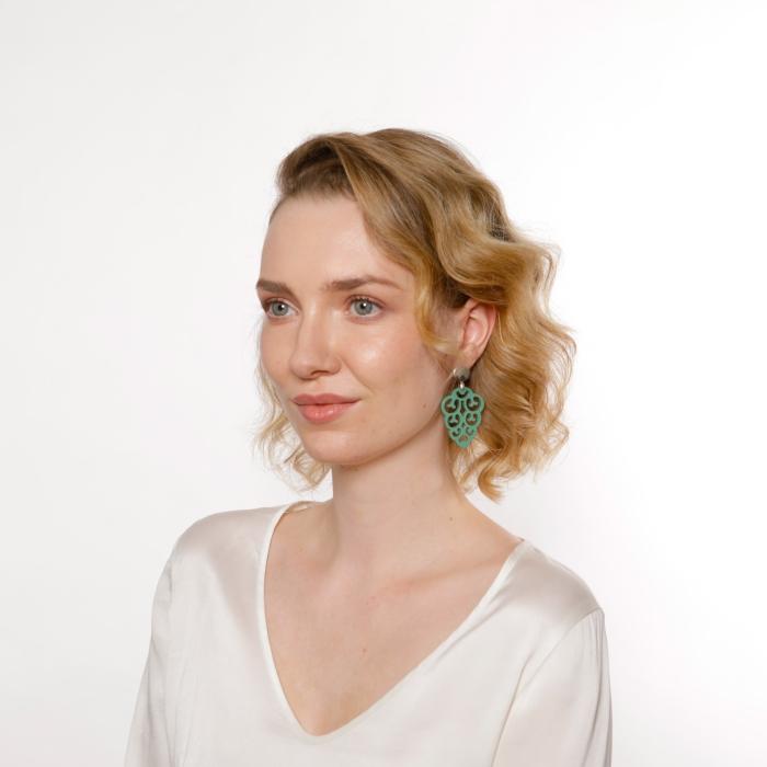 Ohrringe Grün in Tropfenform aus Horn mit Silberstecker von Romy North