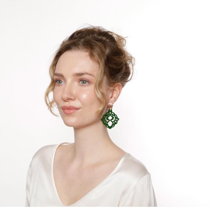 Grüne Ohrringe mit Rosestecker aus der Bora bora Kollektion von Romy North