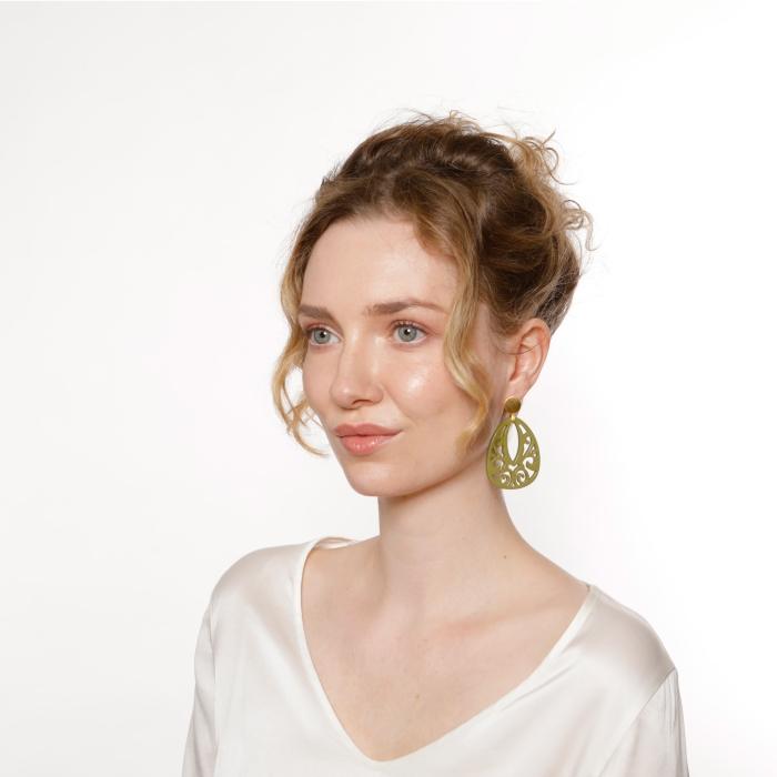 Ohrringe hängend in Tropfenform aus Horn in Olivgrün von Romy North