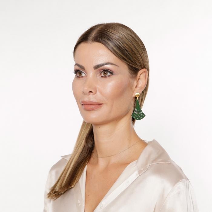 Lange Ohrringe in Grün mit matte Goldstecker aus Horn aus der Ponza Kollektion von Romy North