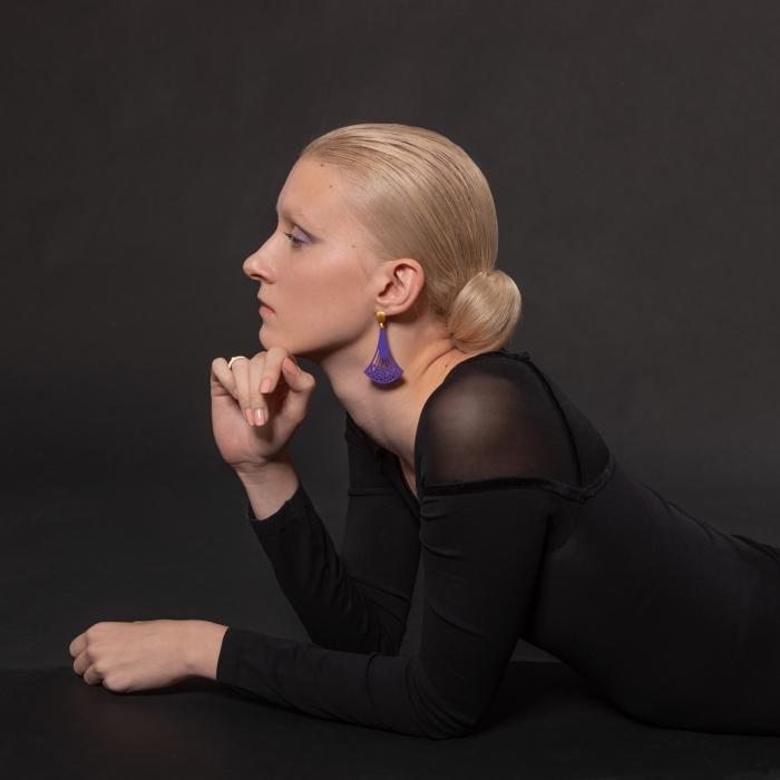 Lange Ohrringe in Violett aus Horn mit Goldstecker aus der Ponza Kollektion von Romy North