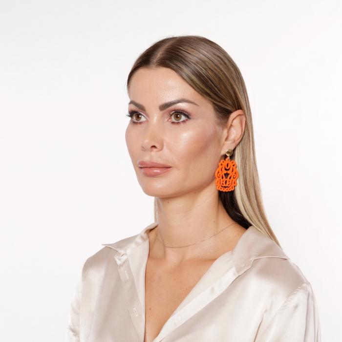 Ohrringe in Orange mit Ornamenten aus Horn mit Goldstecker von Romy North