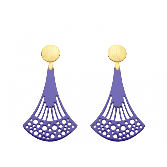 Ohrringe violett aus Horn mit Ornamenten und mit Goldstecker von Romy North