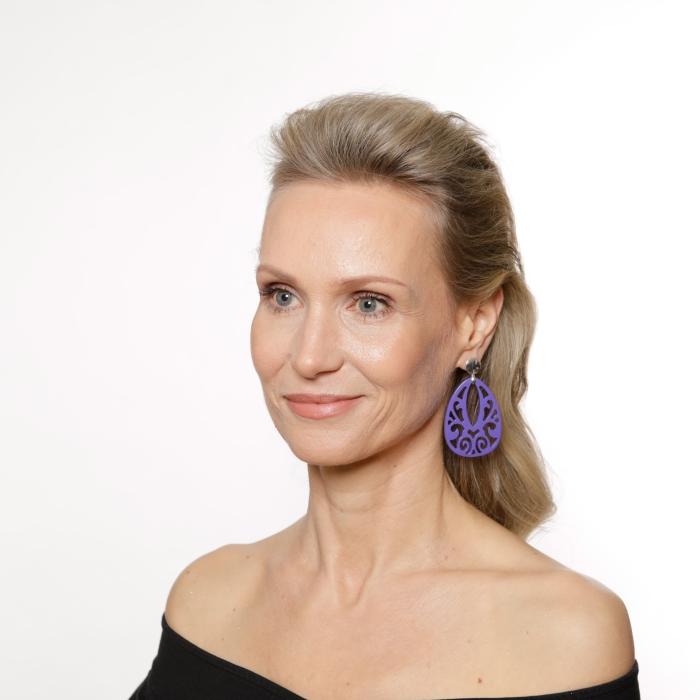 Violette Ohrringe in Tropfenform aus Horn mit Silberstecker von Romy North