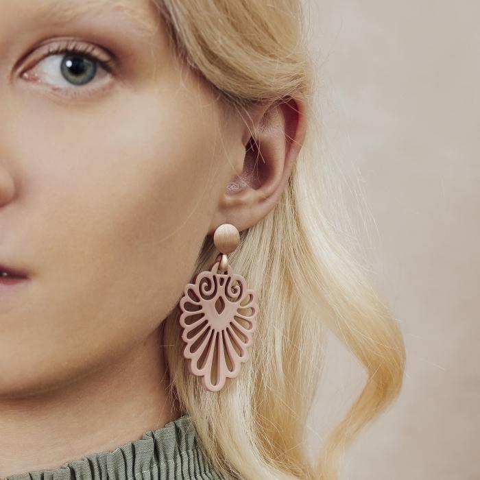 Elegante Ohrringe in Altrosa in geschwungenere Form aus Horn von Romy North