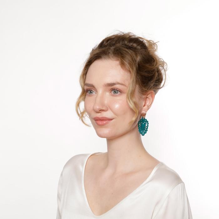 Schöne Ohrringe in geschwungener Form in Petrol mit Rosestecker von Romy North