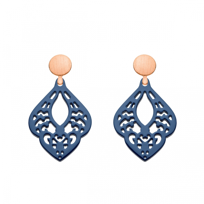Ohrringe blau in Tropfenform aus geschnitztem Horn mit matten Rosestecker aus der St. Lucia Kollektion von Romy North