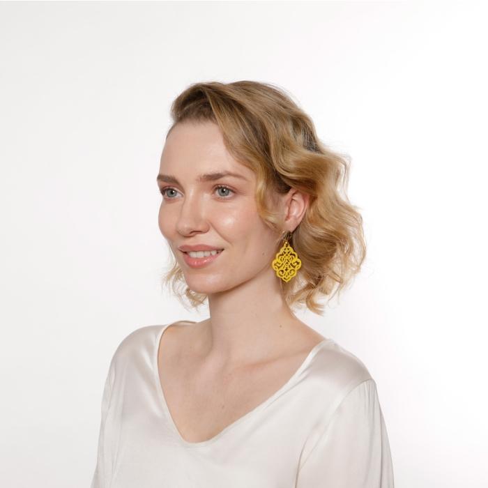 Gelbe Ohrringe mit Ornamenten aus Horn aus der Kuba Kollektion von Romy North