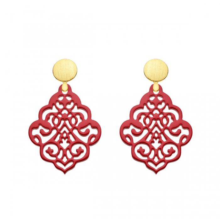 Frische, rote Ohrringe hängend aus federleichtem Horn mit verspielten Ornamenten mit matten Goldstecker aus der Kuba Kollektion von Romy North
