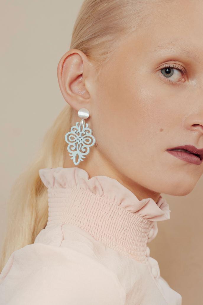 Laura mit hellblauen Ohrringen aus der Saona Kollektion