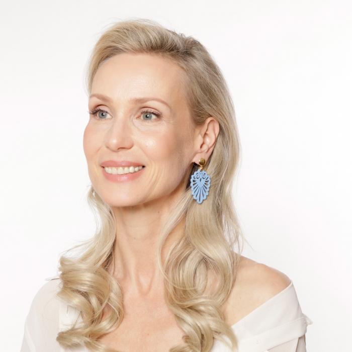 Besondere Ohrringe in Blau aus Horn mit Goldstecker von Romy North
