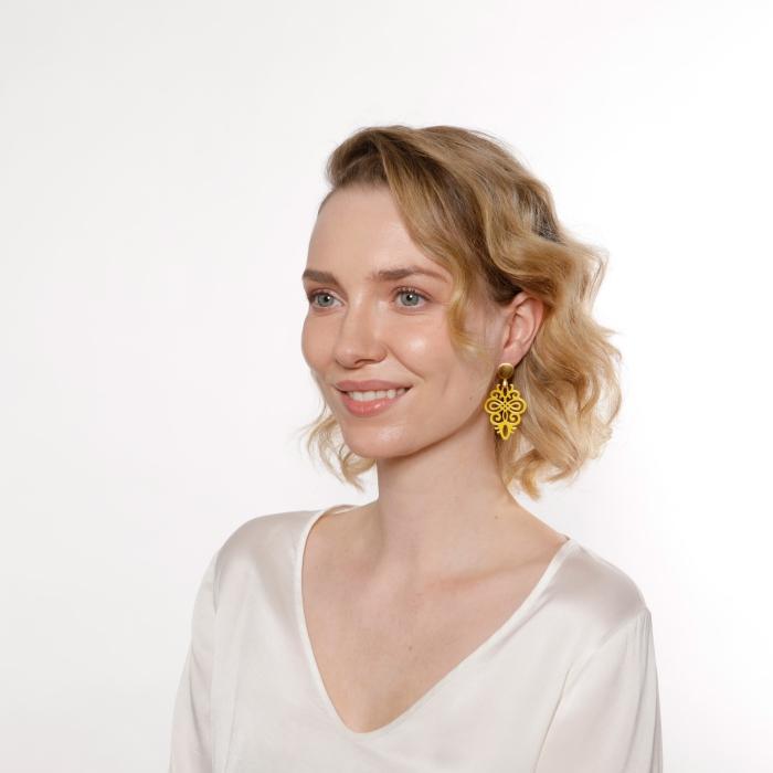 Gelbe Ohrringe kleine Form aus Horn mit Goldstecker von Romy North