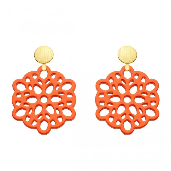 Orange Ohrringe aus Horn mit Ornamenten und matten Goldstecker aus der Mauritius Kollektion von Romy North
