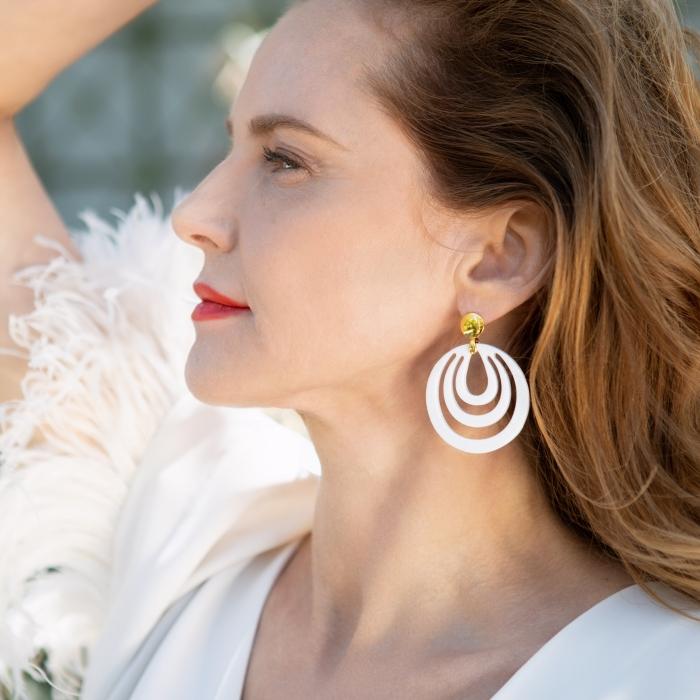 Runde Ohrringe in Weiß aus Horn von Romy North