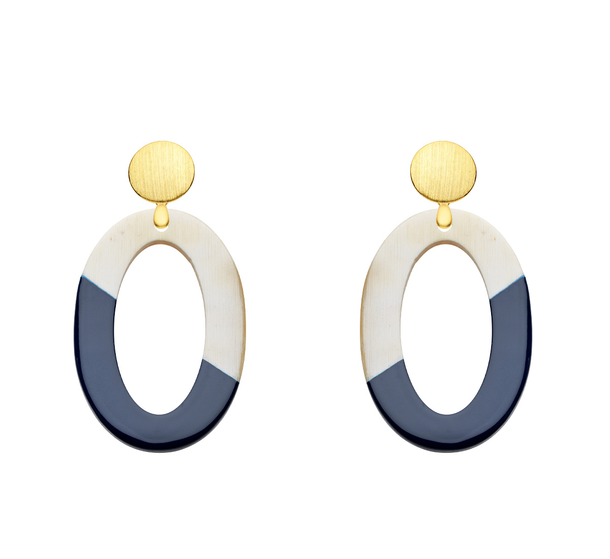 Ohrringe oval aus leichtem Horn in Blau mit matten Goldstecker aus der Banwa Kollektion von Romy North