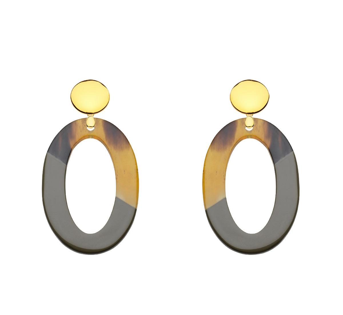 Ovale Ohrringe aus Horn mit olivgrüner Lackierung aus der Banwa Kollektion von Romy North