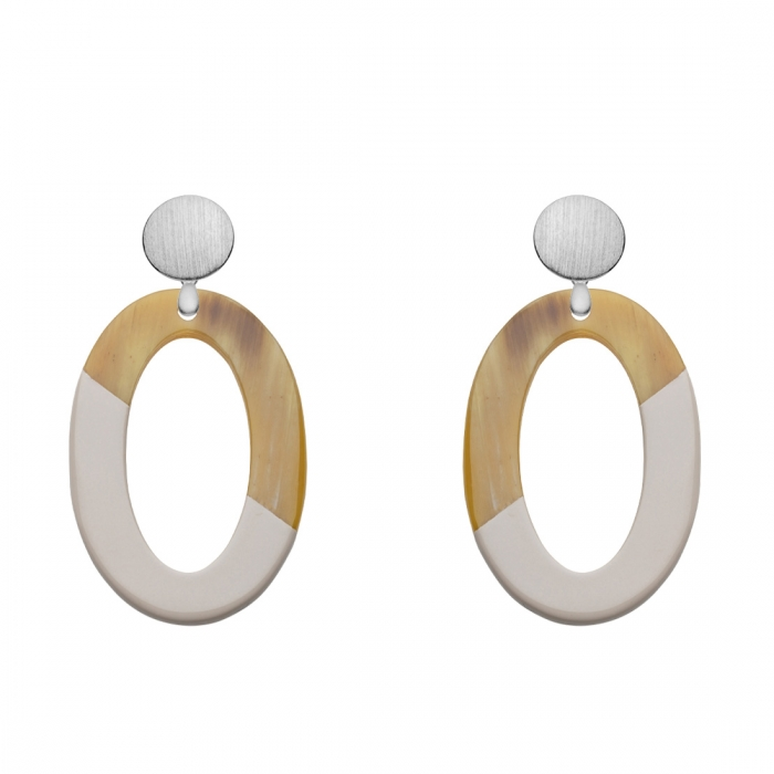 Ovale Ohrringe aus Horn mit diagonaler Lackierung aus der Banwa Kollektion von Romy North