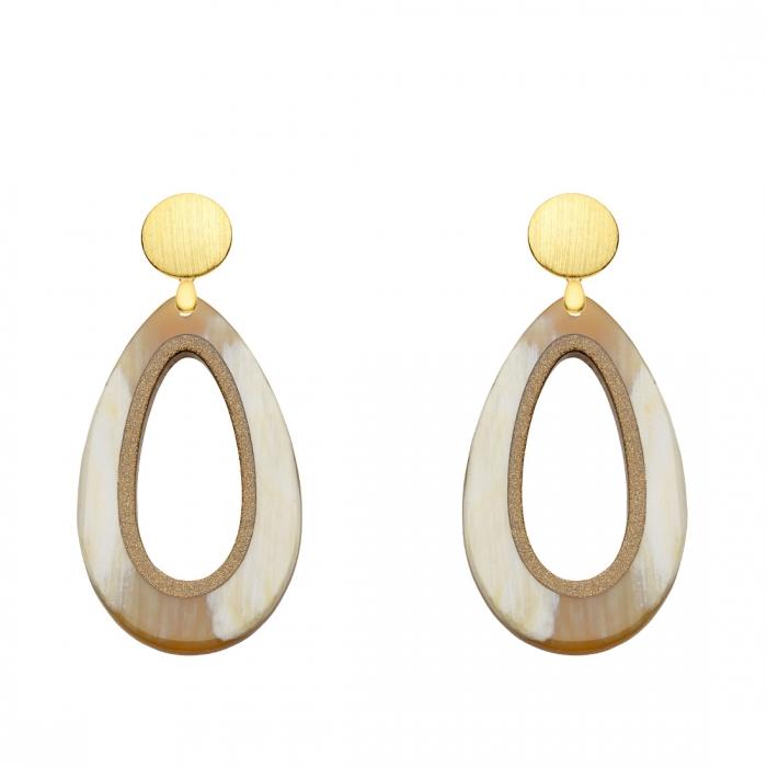 Ohrringe Tropfen aus Naturhorn mit matten Goldstecker aus der Calala Kollektion von Romy North