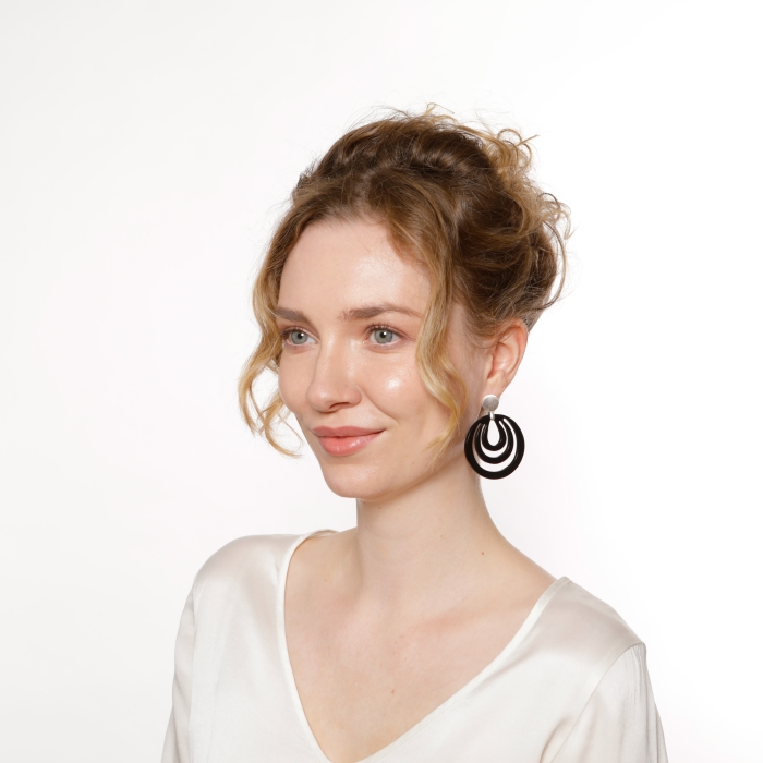 Ohrringe rund in Schwarz aus Horn mit matte Silberstecker von Romy North