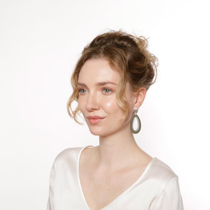 Ohrringe in Tropfenform aus Horn in Olivgrün mit Silberstecker von Romy North