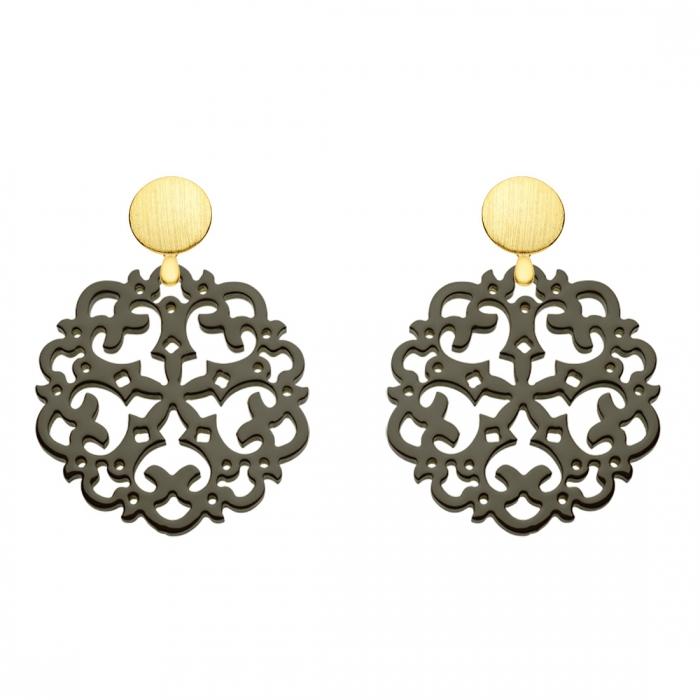 Ohrringe olivgrün aus Horn mit Ornamenten mit matten Goldstecker aus der Grenada Kollektion von Romy North