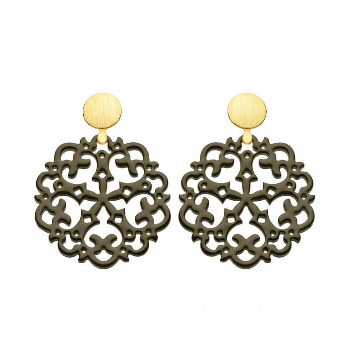 Ohrringe Ornamente olivgrün aus Horn mit Ornamenten mit matten Goldstecker aus der Grenada Kollektion von Romy North