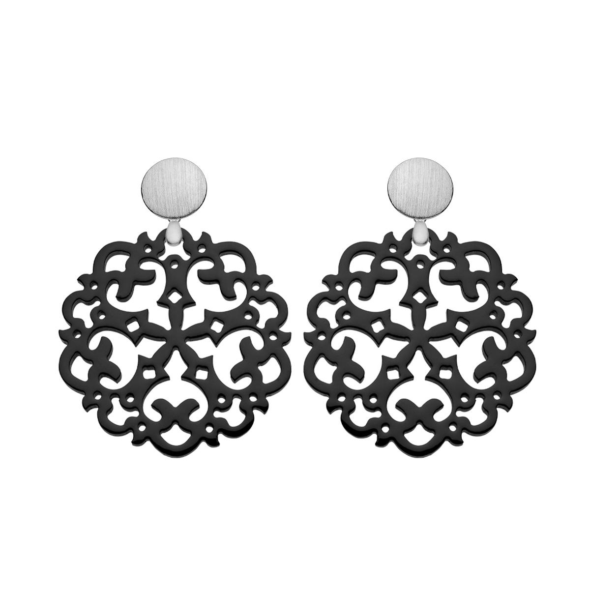 Schwarze Ohrringe mit Ornamenten aus Horn mit matten Silbersteckern aus der Grenada Kollektion von Romy North