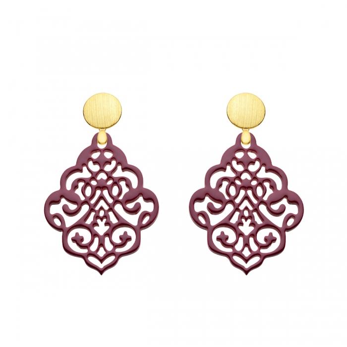 Statement Ohrringe aus federleichtem Horn mit verspielten Ornamenten in Pflaume mit matten Goldstecker aus der Kuba Kollektion von Romy North