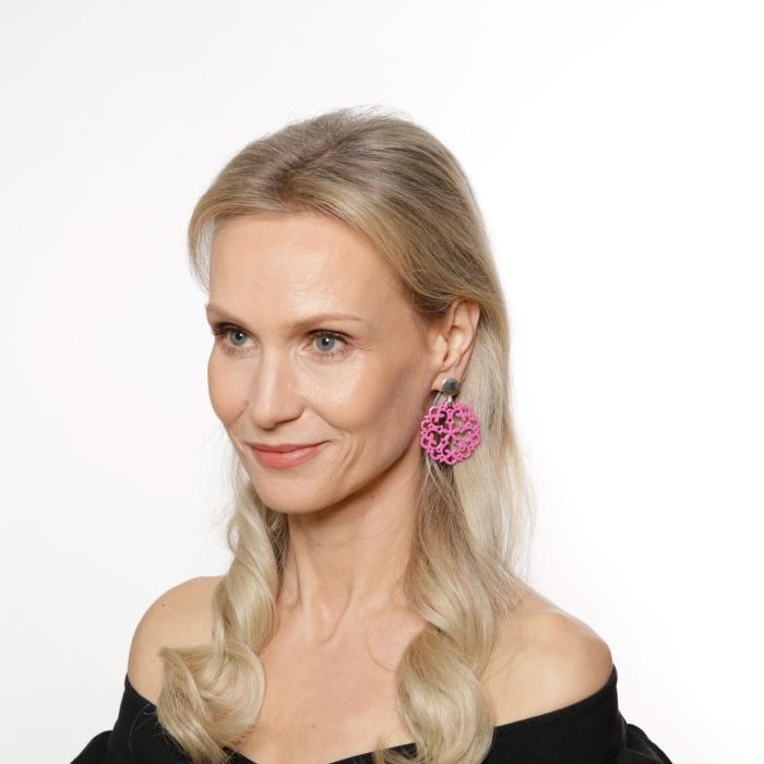 Pinke Ohrringe mit Ornamenten aus Horn mit Goldstecker von Romy North