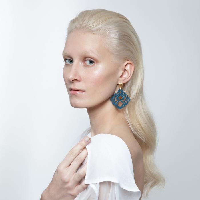 Blaue Ohrringe aus der Bora Kollektion aus Horn mit Ornamenten von Romy North