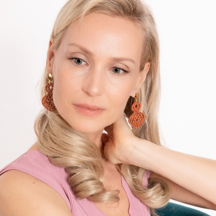 Lange, braune Ohrringe aus Horn mit Ornamenten onlineshop Romy North