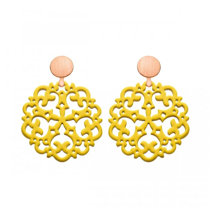 Runde Ohrringe gelb aus Horn mit Ornamenten und mit matte Rosestecker aus der Grenada Kollektion von Romy North