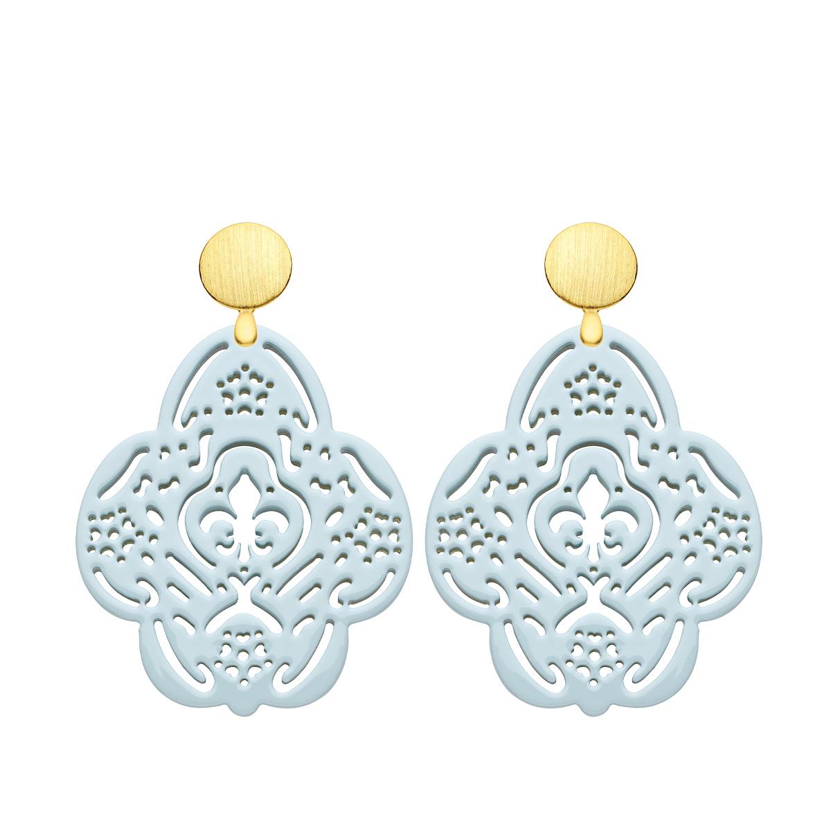 Ohrringe in Hellblau aus Horn in Blumenform mit matte Goldstecker von Romy North