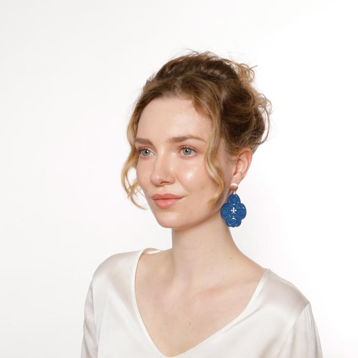 Besondere Ohrringe mit geschnitzter Fleur de lis in Blau aus Horn von Romy North