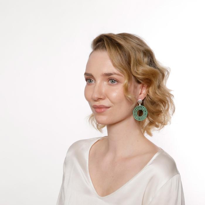Ohrringe Jadegrün aus Horn mit Silberstecker von Romy North