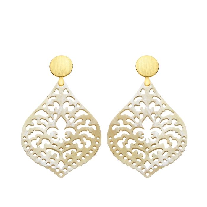Tropfen Ohrringe aus Naturhorn mit matte Goldstecker von Romy North