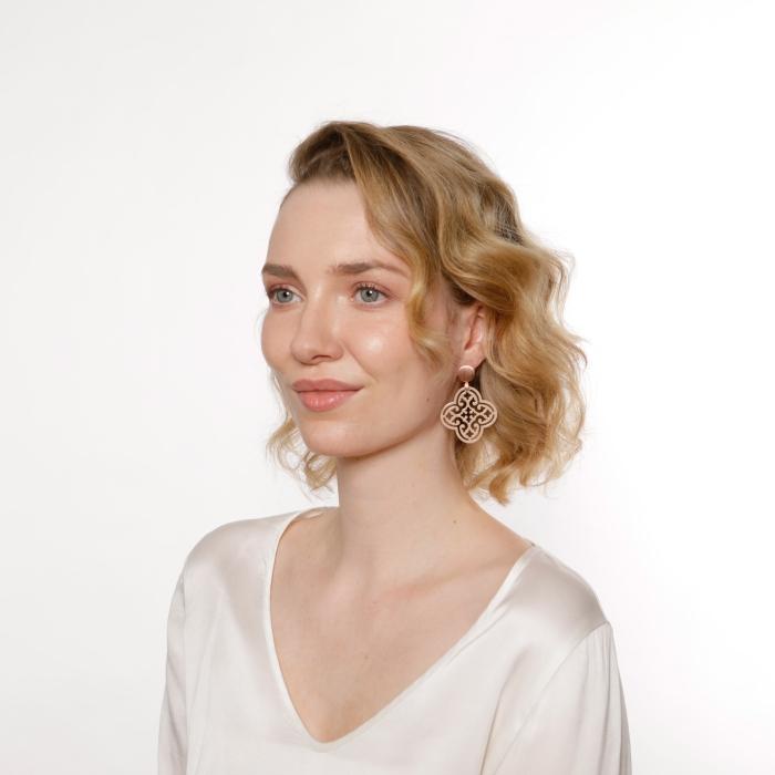 Beige Ohrringe aus Horn Blatt mit Rosestecker von Romy North
