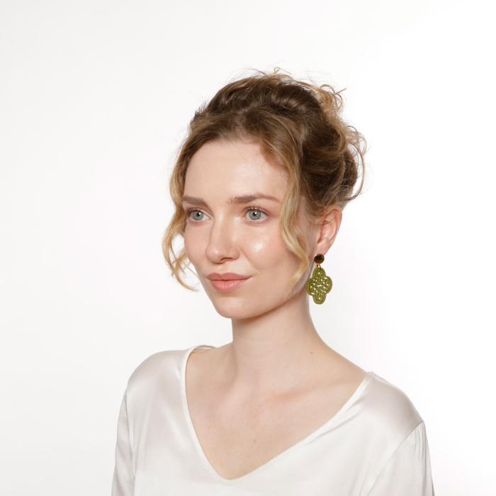 Ohrringe Frauen aus Horn in Olivgrün in Blütenform von Romy North