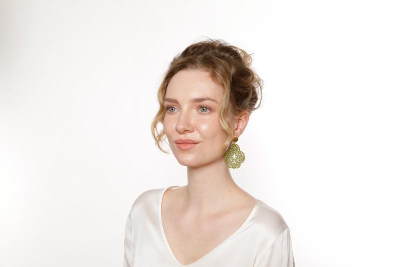 Ohrringe mit Goldstecker mit Honanhänger in Olivgrün von Romy North