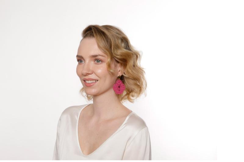 Große Ohrringe Pink aus Horn mit geschnitzter fleur de lis von Romy North