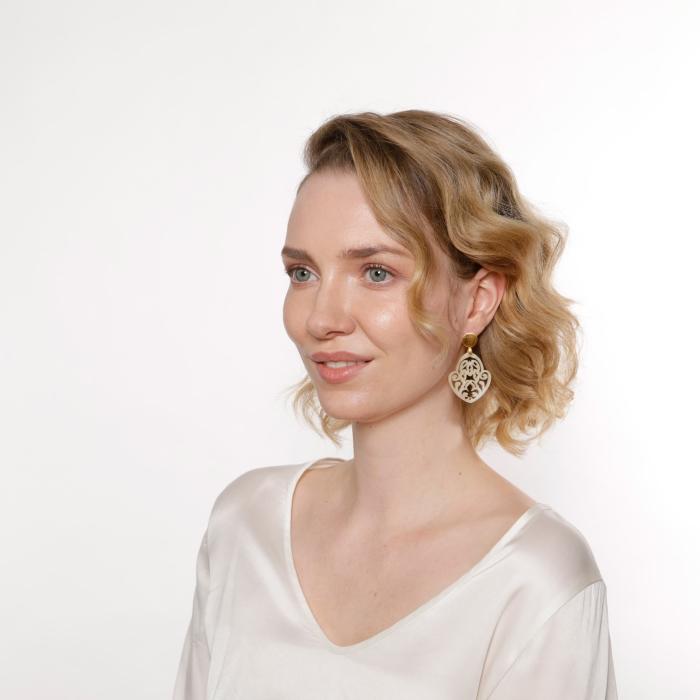Ohrringe aus Naturhorn mit fleur de lis von Romy North