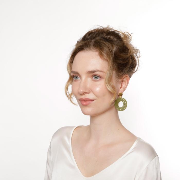 Ohrringe rund in Olivgrün mit matte Goldstecker von Romy North