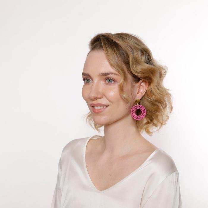 Runde Ohrringe in Pink mit Ornamenten aus Horn von Romy North